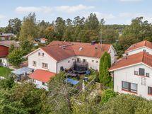 Asunnolla on iso oma piha, minne mahtuu trampoliini, vaja/leikkimökki ja kesäinen ruokapöytä.