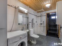 Kylpyhuoneessa tuet liikuntarajoitteiselle.