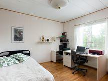 Tämä mh/työhuone sijaitsee pitkän sivun sisäänkäynnin, ovesta tultaessa oikealla