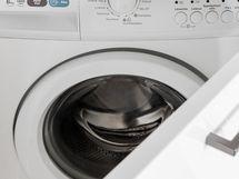 Pyykinpesukone joka sijaitsee keittiössä