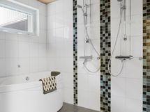 Alakerran valoisa kylpyhuone- ja sauna