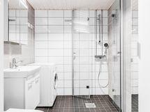 Aivan uusi kylpyhuone.