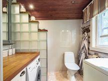 Pesuhuone ja wc, jossa pesukoneliitäntä