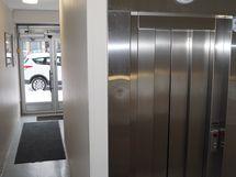 Kadulta esteetön kulku uusittuun hissiin.
