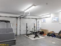Autotallin yhteydessä kaksi tilavaa varastoa ja toimiva talouskellari sekä iso käyttöullakko.