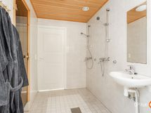 Kylpyhuoneessa on kaksi suihkua