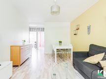 Näkymä olohuoneesta keittiöön ja makuuhuone 1:seen. Olohuoneeseen mahtuu sohvaryhmän lisäksi myös suuri suorapöytä.