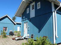 Talon yhteydessä on aurinkoinen piha-alue.