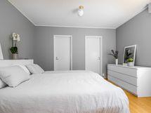 Alakerran makuuhuone 1 kulku isoon vaatehuoneeseen sekä pesuhuoneeseen
