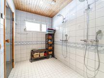 Kylpyhuone on todella tilava