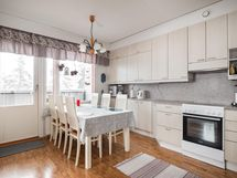 Kodikas ja kaunis keittiö jossa paljon säilytystilaa