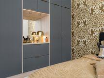 Kauniin studion makuuosaston yhteydessä tyylikäs kaapisto(puusepäntyötä)