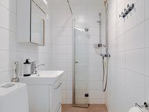 Kylpyhuone uusittu kokonaisuudessaan LVIS-saneerauksen yhteydessä v.2018.
