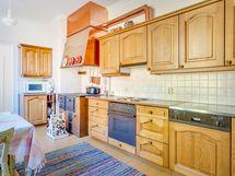 Erillisessä keittiössä on kaikki kodinkoneet nykyaikaiseen kokkailuun