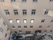 Sisäpihan suunnasta huoneiston ikkunat