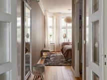 Tilava makuuhuone erillisellä vaatehuoneella