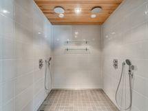 Saunarakennuksen kylpyhuone.