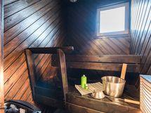 Saunassa ikkuna ja sähkölämmitteinen kiuas