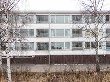 Talo Meripellontien puolelta kuvattuna - autotallit 1. asuinkrs. alapuolella