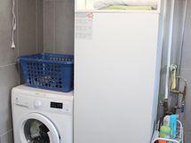 Kylpyhuoneessa on tilaa hyvin myös pyykinpesupisteelle