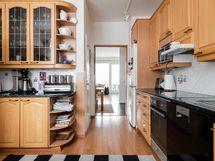 Näkymä keittiöstä olohuoneeseen päin