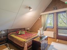 Makuuhuone 1. Huonekorkeus on yli 3,5 m.