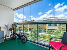 Lasitettu parveke länteen/ Balcony with glass shutters facing west