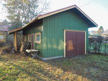 Piharakennus jossa sauna ja autotalli sekä pieni varasto