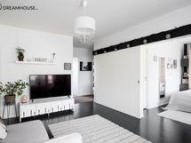 Olohuone on mahdollista pitää yhtenäisenä tilana viereisen huoneen kanssa liukuoven ansiosta