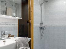 Pesuhuone remontoitu ja vesieristetty 2002