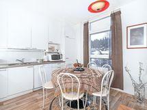 keittiö on vaalea ja tilaa ruokapöydälle