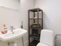 Alakerran isomman varastohuoneen wc