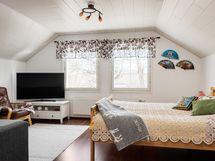 Yläkerran iso makuuhuone/aula