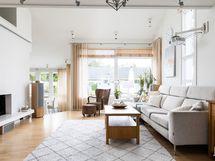 Kodin avara ja valoisa olohuone