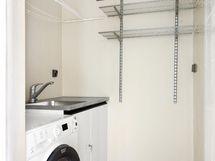 Kylpyhuoneen yhteydessä oleva sauna on remontissa muutettu kodinhoitotilaksi.