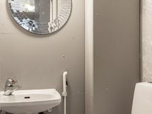 Erillinen pieni wc.