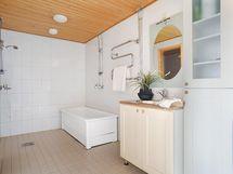 Alakerrassa tilava kylpyhuone