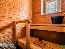 Tunnelmallinen, ikkunallinen sauna.