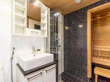 Kylpyhuone on tyylikäs ja lähes uutta vastaava.