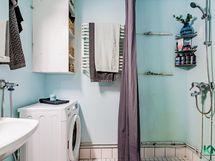 Kylpyhuone, mahtuu hyvin pesukone