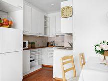 Vaaleaa ja valoisaa. Jääkaappi/pakastin on juuri uusittu.