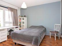 Makuuhuoneet ovat tilavia ja kahdessa makuuhuoneessa kaapistot.
