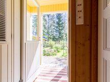 Kodinhoitohuoneesta takapihalle vaikkapa vilvoittelemaan saunan jälkeen.