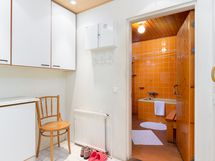 2 eteinen, käynti suoraan myös pihalle ja kp + sauna.