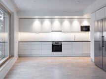 Valokuva vastaavan asunnon keittiöstä