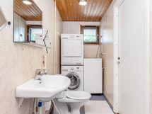 Keittiöstä käynti kylpyhuoneerseen ja kodinhoitotilaan