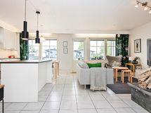 Avara ja valoisa yhtenäinen keittiö-olohuone