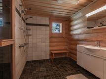 Päärakennuksen pesuhuone kahdella suihkulla