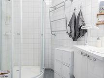 Yläkerran suurempi WC, jossa suihkukaappi