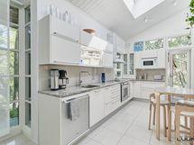 modernin vaalea keittiö